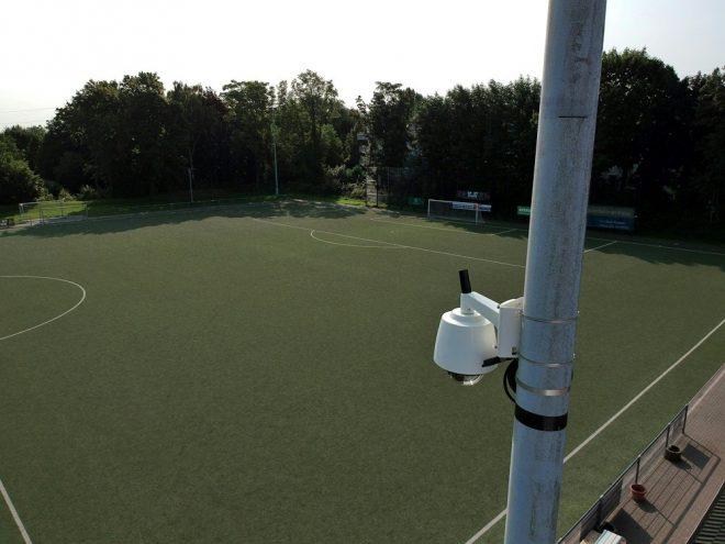 Das Kamerasystem wird an einem Flutlichtmast befestigt