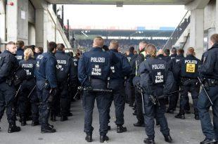 Polizeipräsenz vor dem Eintracht-Spiel