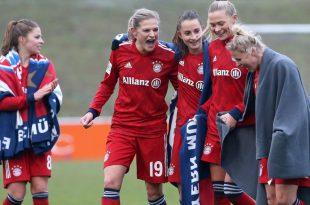 Frauen von Bayern München feiern Sieg gegen Wolfsburg