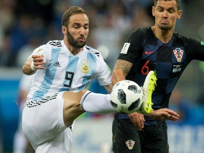 Gonzalo Higuain (l.) verlässt die Nationalmannschaft