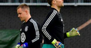 Manuel Neuer (r.) steht gegen Serbien im Tor