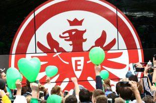 Eintracht Frankfurt ziegt Flagge für Europa