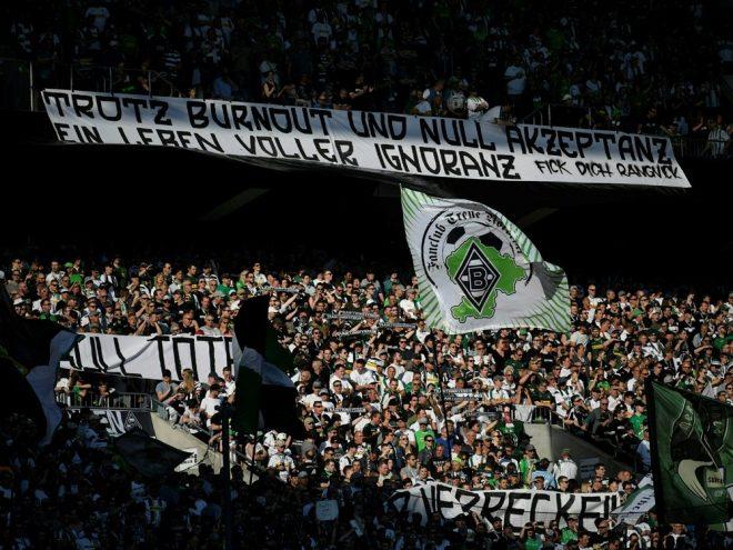 Gladbacher Fans präsentieren geschmackloses Spruchband