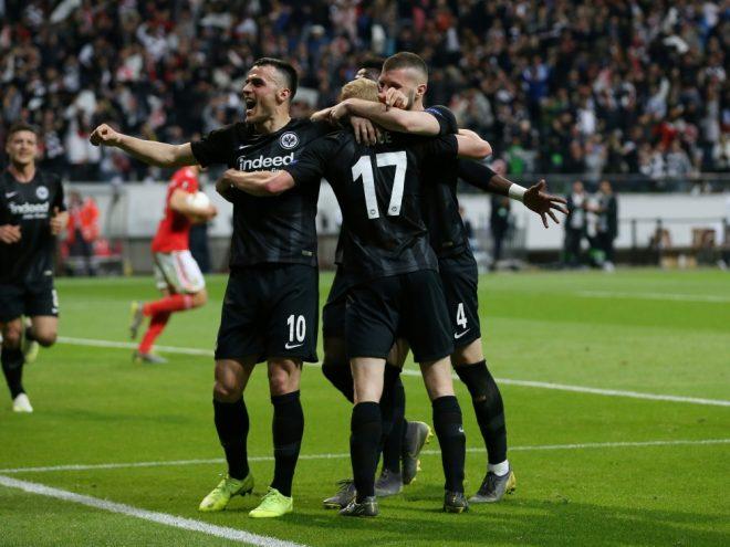 Eintracht Frankfurt bejubelt den Einzug ins Halbfinale