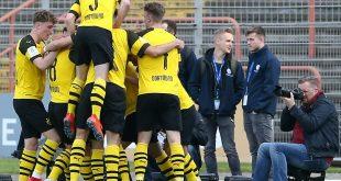 Sieg im Revierderby: Die Dortmunder Spieler jubeln