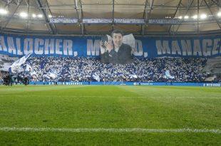 Nach seinem Tod wurde Assauer von den Fans geehrt