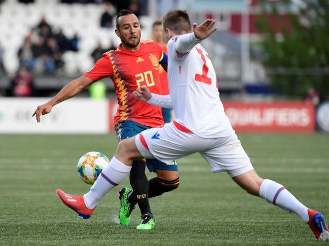 Santi Cazorla (l.) verlängert seinen Vertrag