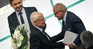Reinhard Rauball (m.) gratuliert Fritz Keller (r.)