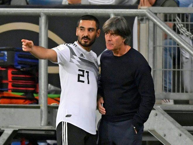 DFB-Trainer Joachim Löw (r.) setzt auf Ilkay Gündogan