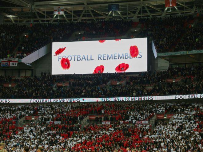 In Wembley gedenken beide Frauen-Teams den Kriegsopfern