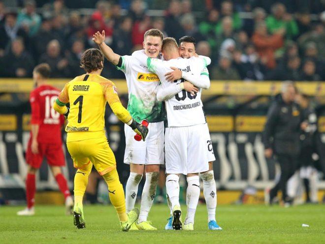 Die Gladbacher bejubeln Bensebaini nach seinem Siegtreffer