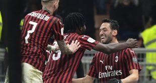 Hakan Calhanoglu (r.) schoss Milan ins Halbfinale