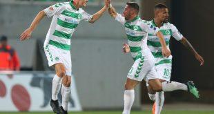 Wittek (M.) erzielt das 1:0 beim Sieg in Regensburg