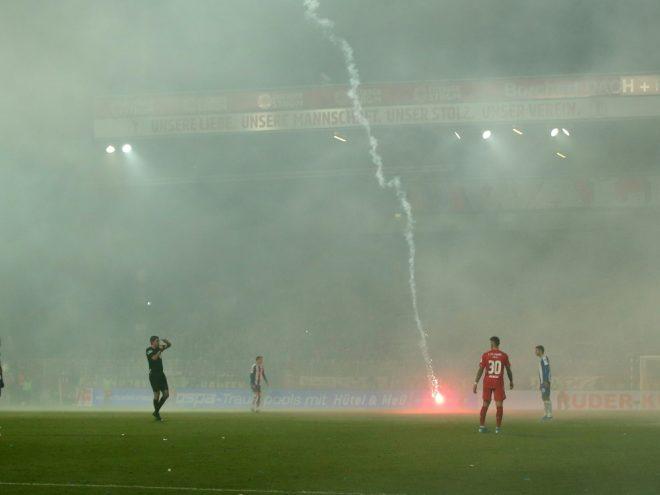Beim Hauptstadt-Derby flog Pyro auch auf das Spielfeld