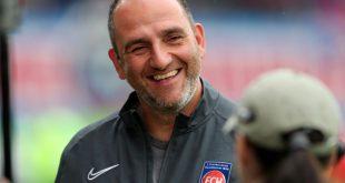 Heidenheim-Trainer Frank Schmidt freut sich über das 1:0