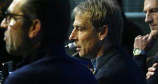 Jürgen Klinsmann (M.) kritisiert Hertha-Geschäftsführung