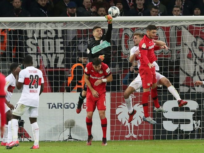 Fabian Bredlow befördert den Ball ins eigene Tor