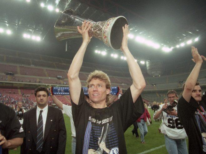 Ingo Anderbrügge stemmt den UEFA-Pokal in die Höhe
