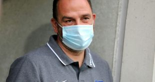 Trainer Frank Schmidt bleibt mit Heidenheim oben dran