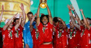Joshua Zirkzee stemmt den DFB-Pokal in die Luft