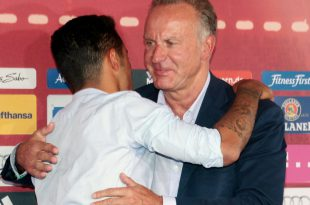 Thiago (l.) und Münchens Klubchef Karl-Heinz Rummenigge