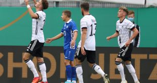 Berisha (l.) bejubelt seinen ersten Treffer für die U21