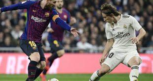 Lionel Messi (l.) im Duell mit Luka Modric