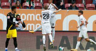 Die Augsburger bejubeln das 1:0 durch Felix Uduokhai