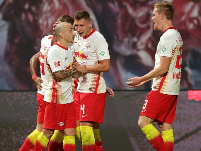Angelino (vorne) bringt RB Leipzig in Führung