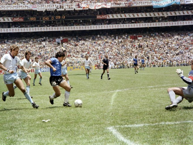 Maradona (m.) erzielte gegen England beide Tore