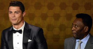 Pele (r.) gratuliert Ronaldo nach dessen Toren 768-770