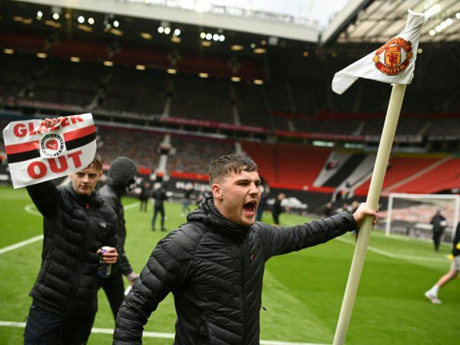 Fans von Manchester United stürmen den Platz