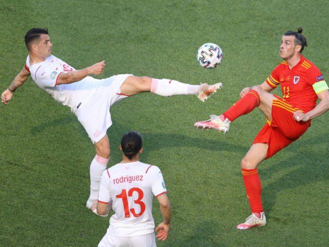 Die Kapitäne Granit Xhaka und Gareth Bale im Zweikampf