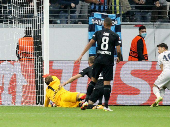 Özil (R.) verhindert den Sieg der Eintracht