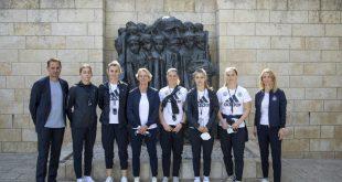 Die deutsche Delegation vor der Gedenkstätte Yad Vashem