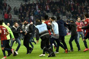 Der Platzsturm beim Derby RC Lens gegen den OSC Lille
