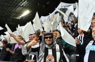 Dürfen ins Stadion: Fans mit Scheich-Kostümen